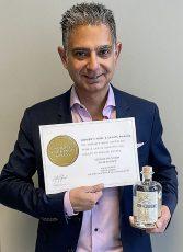 Gin de Cologne Geschäftsführer Abbass Khatami freut sich über die dritte Auszeichnung in Gold.